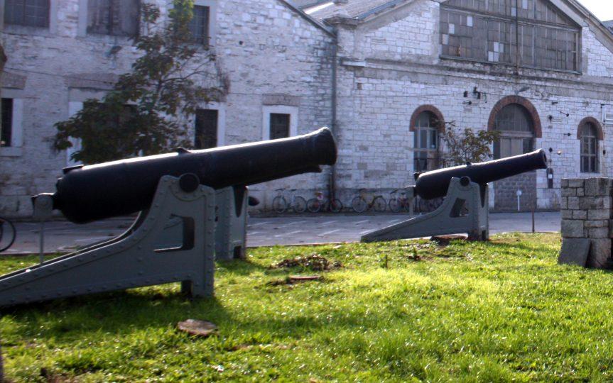 Glattrohr Artillerie im Arsenal Pola