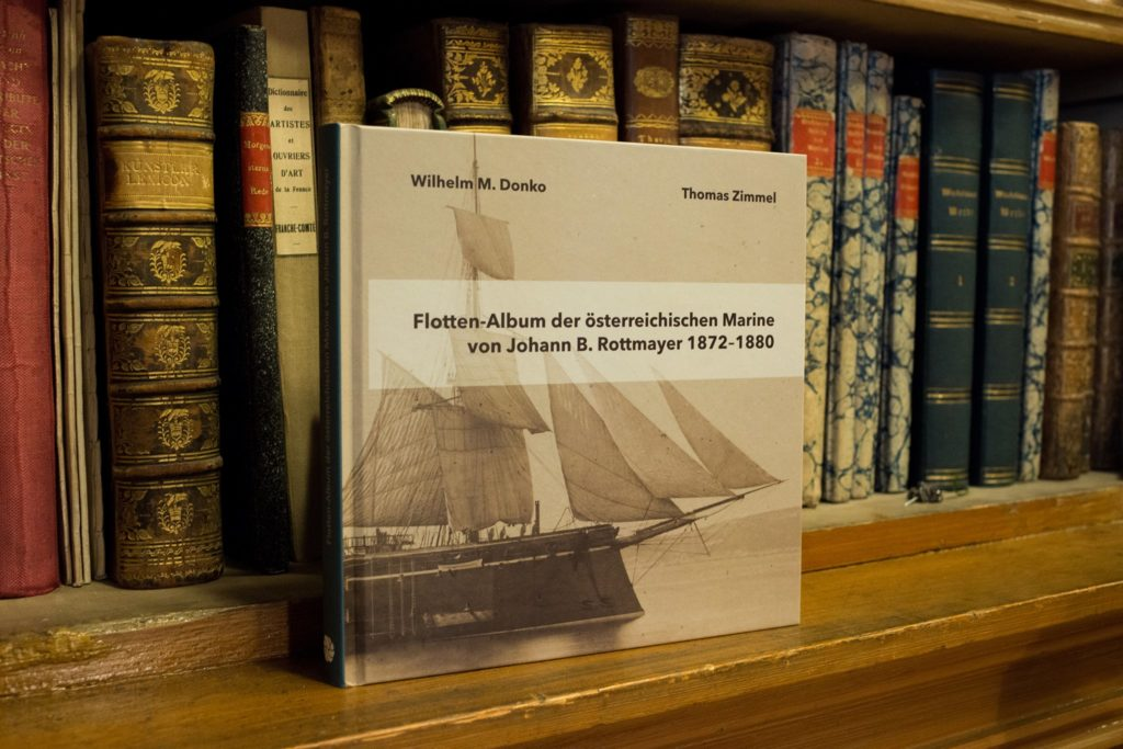 Wilhelm M. Donko und Thomas Zimmel: Flotten-Album der österreichischen Marine von Johann B. Rottmayer 1872-1880, Fidelitas Verlag, Wien 2018, 218 Seiten