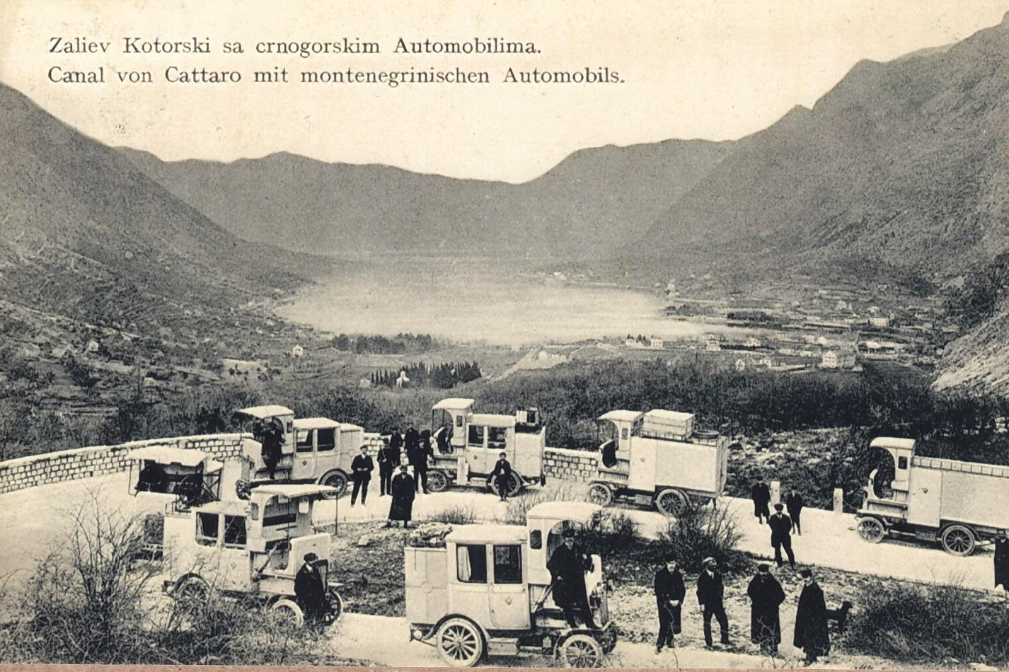 ,Cerna Hora-Montenegro'-Omnibusse und -Transporter: Fünf Busse und zwei Lieferwagen vom Typ E ,Cerna Hora-Montenegro' in der Serpentine über der Bucht von Kotor