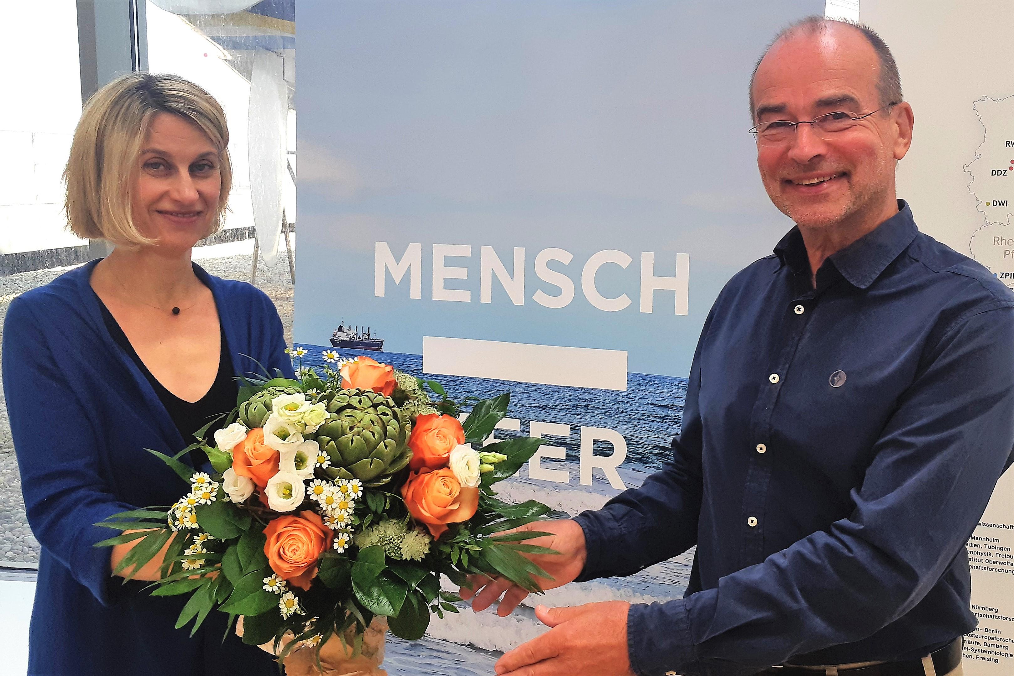 Prof. Dr. Sunhild Kleingärtner verabschiedet Dr. Albrecht Sauer. Bildquelle: Thomas Joppig/DSM